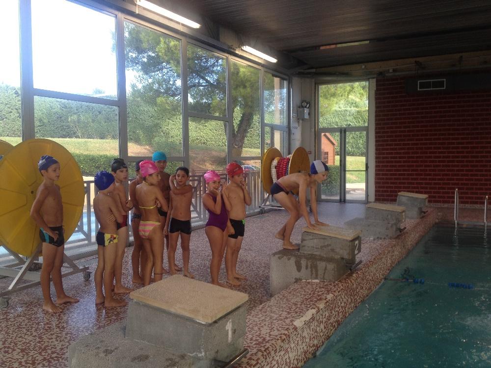 Les cours élémentaires et moyens à la piscine